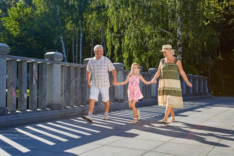 Kind en grootouders, de zomer royalty-vrije stock foto