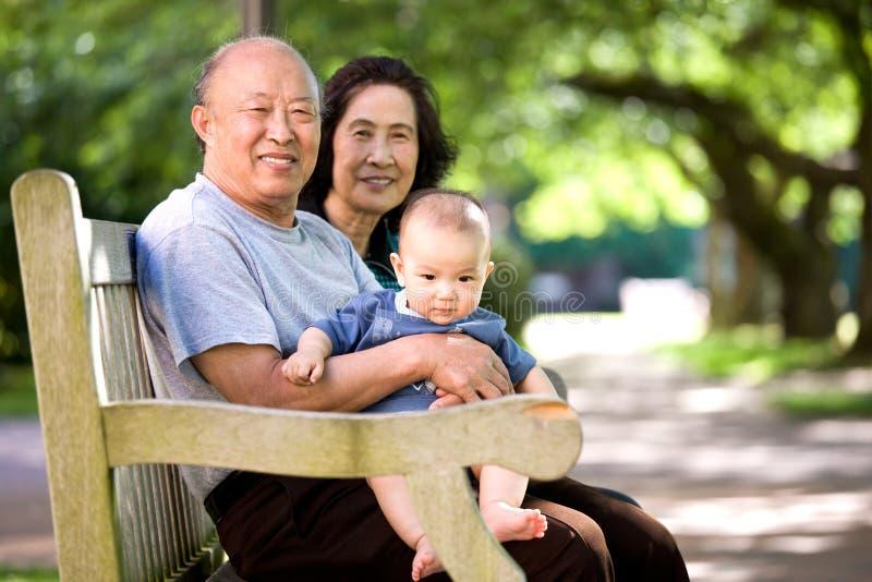 Kind en grootouders in een park