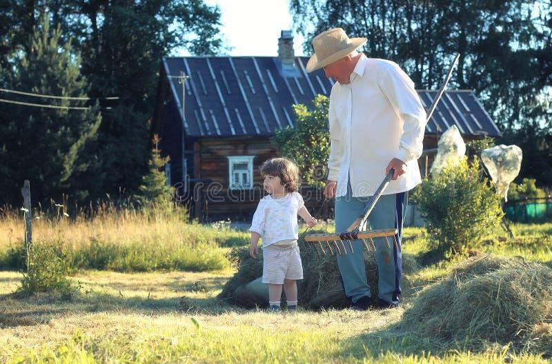 Download Kind En Grootvader Landelijk Gebied Stock Afbeelding - Afbeelding bestaande uit hooi, familie: 107708885