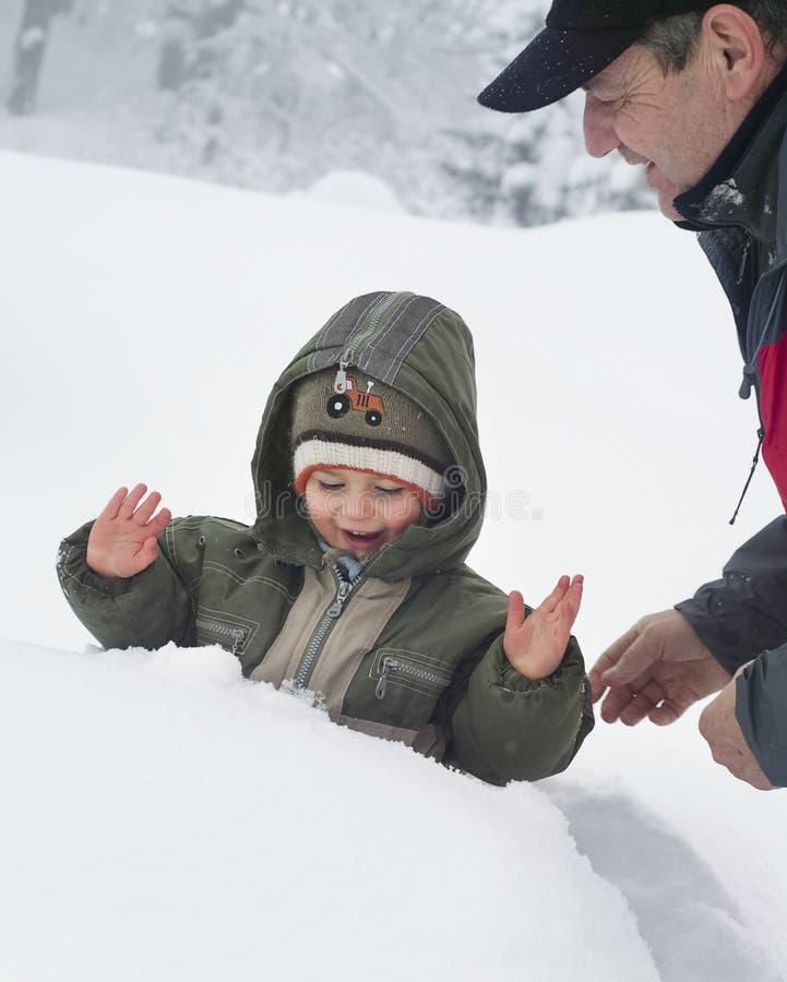 Kind en grootvader in sneeuw royalty-vrije stock foto's