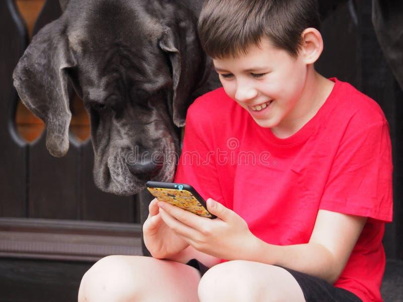 Kind en hond het letten op video royalty-vrije stock foto's
