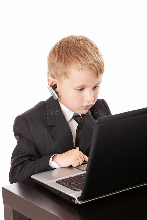 Kind en laptop stock foto's