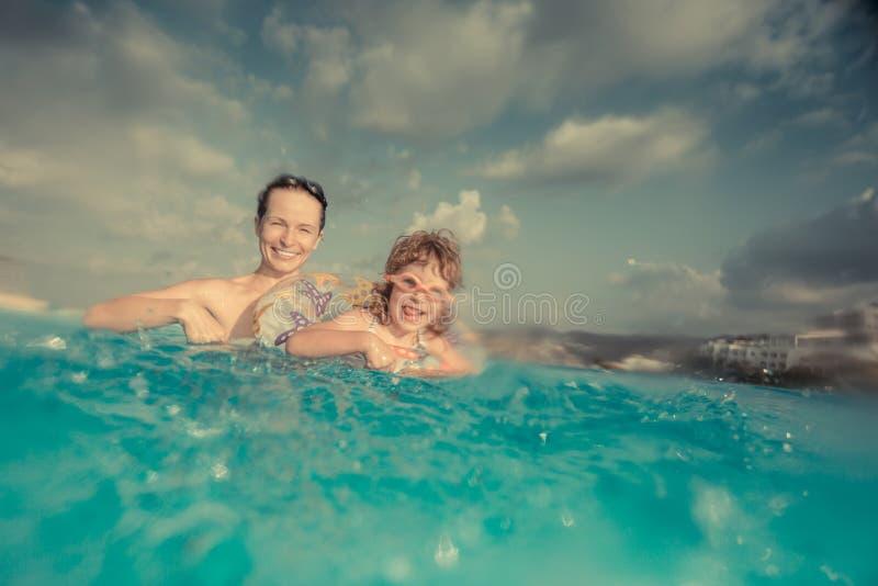 Kind en Moeder in Zwembad stock foto
