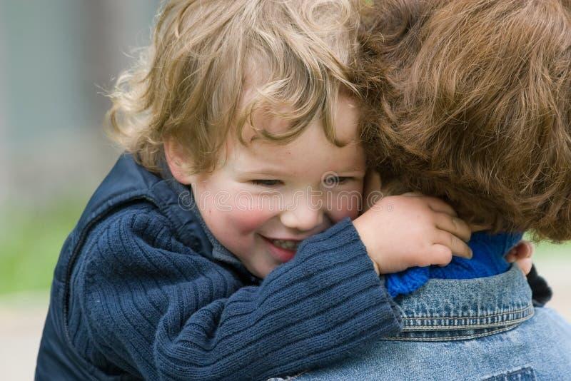 Kind en mum-gelukkig samen stock foto