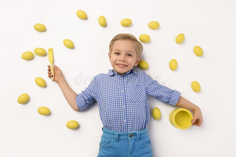 Kind en Pasen Het concept van de de lentevakantie stock foto