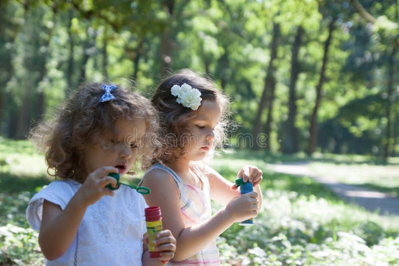 Kind en Zeepbels royalty-vrije stock afbeeldingen