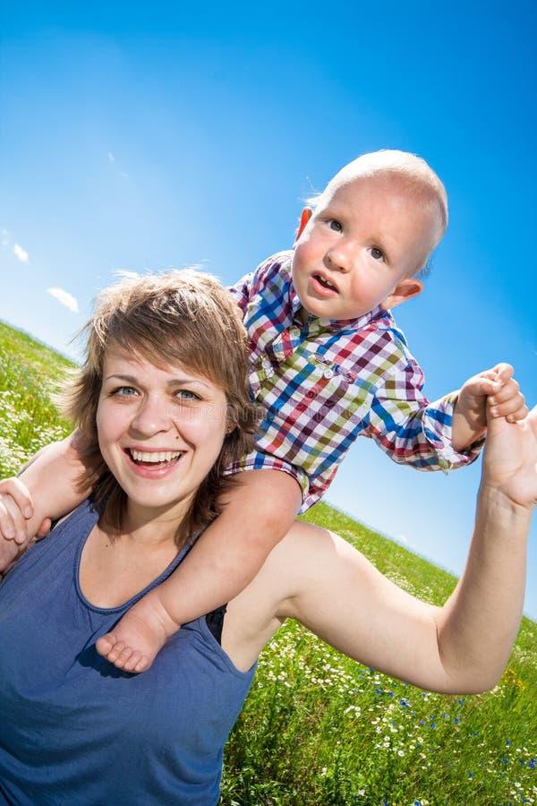 Kind en zijn moeder stock foto's