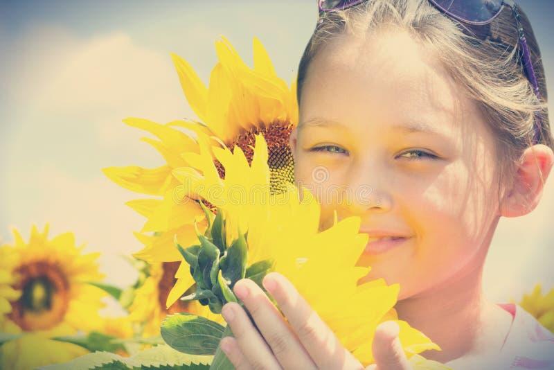 Kind en zonnebloemen royalty-vrije stock foto