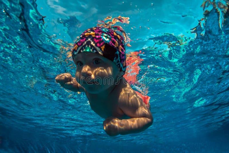 Kind erlernen zu schwimmen stockbilder