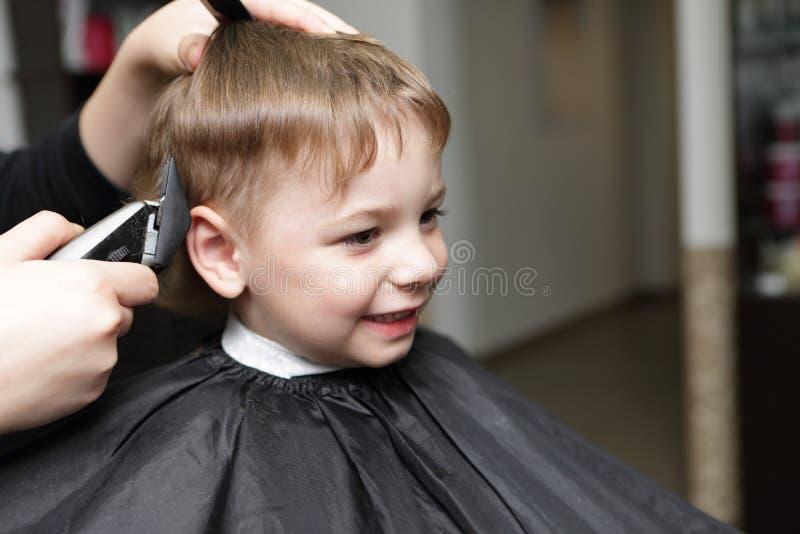 Kind am Friseursalon lizenzfreies stockfoto