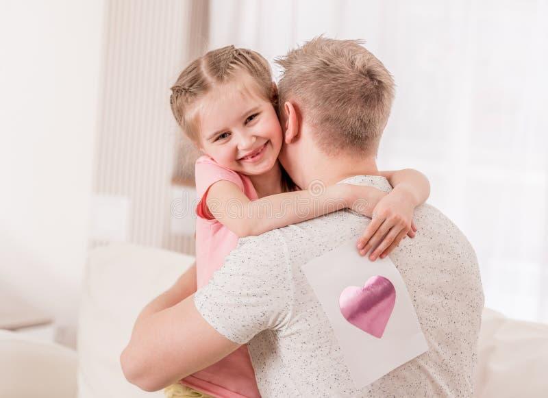 Kind gab ihrem Vater reizendes Bild lizenzfreie stockbilder