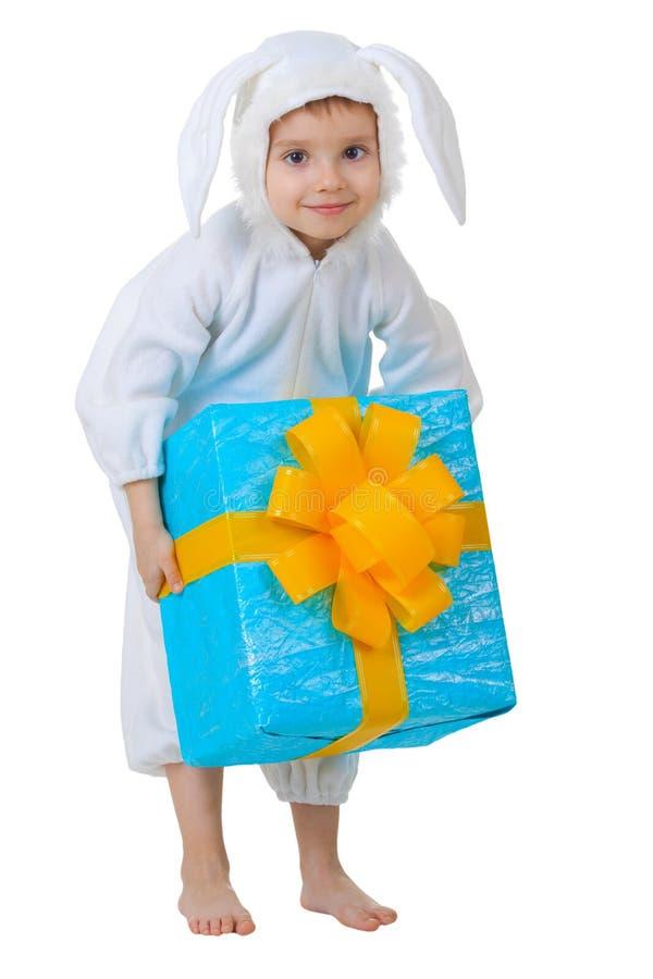 Kind gekleidet als Kaninchen mit einem Geschenkkasten lizenzfreie stockbilder