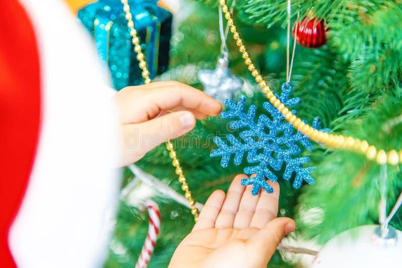 Kind gelukkig over Kerstmisachtergrond Vector versie in mijn portefeuille Selectieve nadruk stock foto