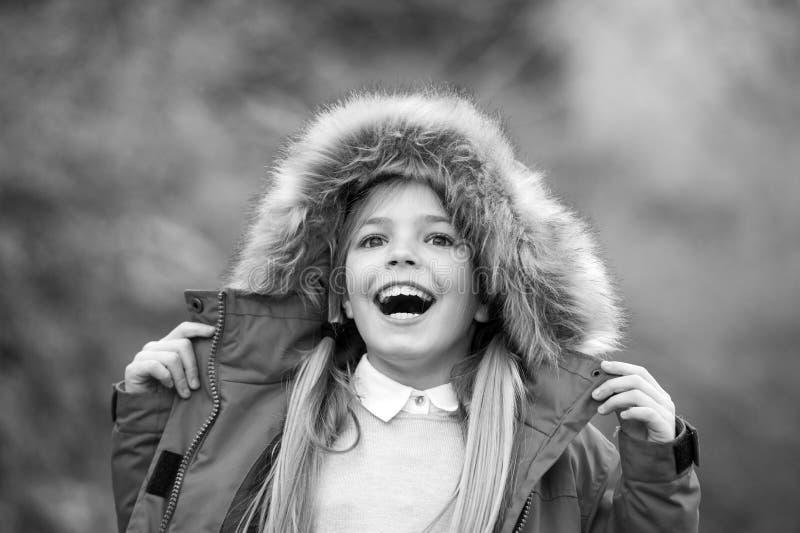 Kind genießen Herbstnatur Mädchenlächeln auf Naturlandschaft Kind im roten Mantel- und Haubenpelz im Freien Freizeit, T?tigkeit,  lizenzfreies stockfoto