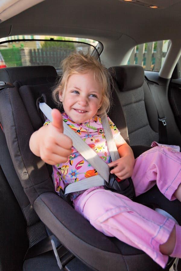Kind gesetzt im Kindsitz im Auto stockbild