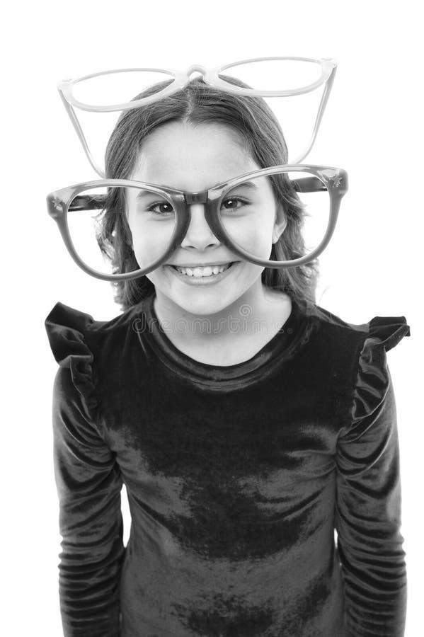 Kind gl?cklich mit gutem Sehverm?gen Laser-Korrektur Augen?bungen, zum des Sehverm?gens zu verbessern M?dchenkind tragen gro?e Br stockbild