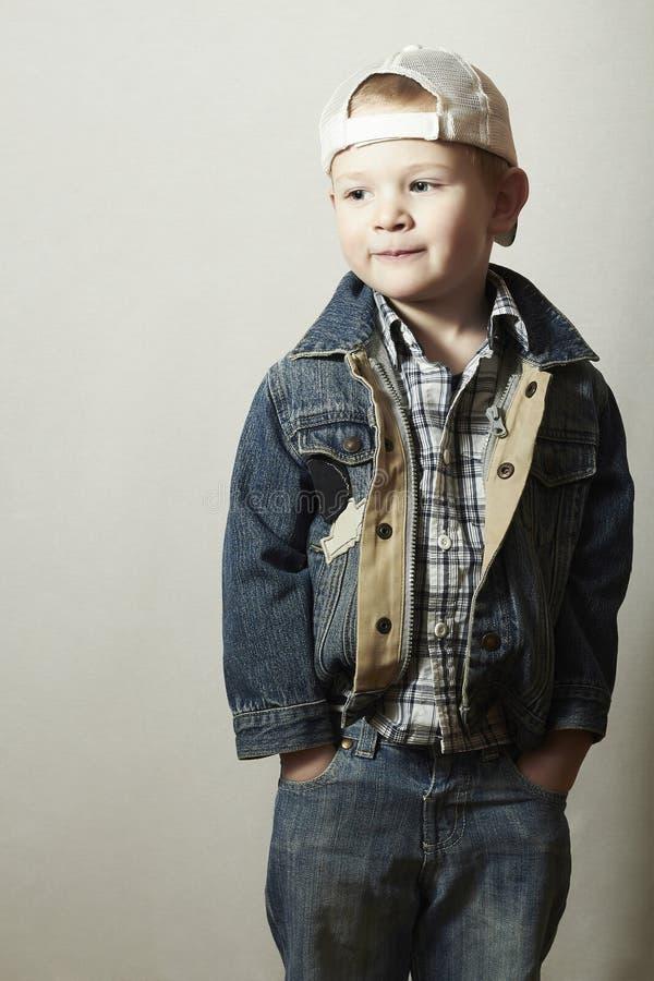 Kind. Grappig Little Boy in Jeans. Vrachtwagenchauffeur GLB. vreugde. Modieus Jong geitje. plaidoverhemd. Denimslijtage stock foto