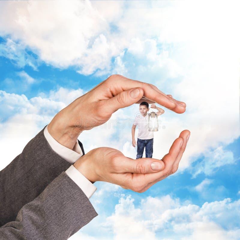 Kind in großem bemannt Hände lizenzfreies stockfoto