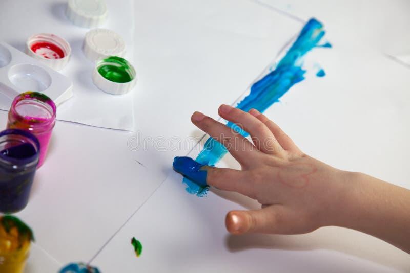 Kind-Hände, die Fingerpainting tun lizenzfreie stockfotos