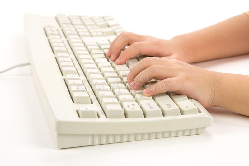 Kind-Hand und Tastatur lizenzfreie stockbilder