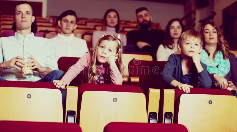 Kind het letten op boring film in bioskoop stock afbeelding