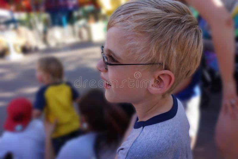 Kind het letten op Paradeclose-up stock fotografie
