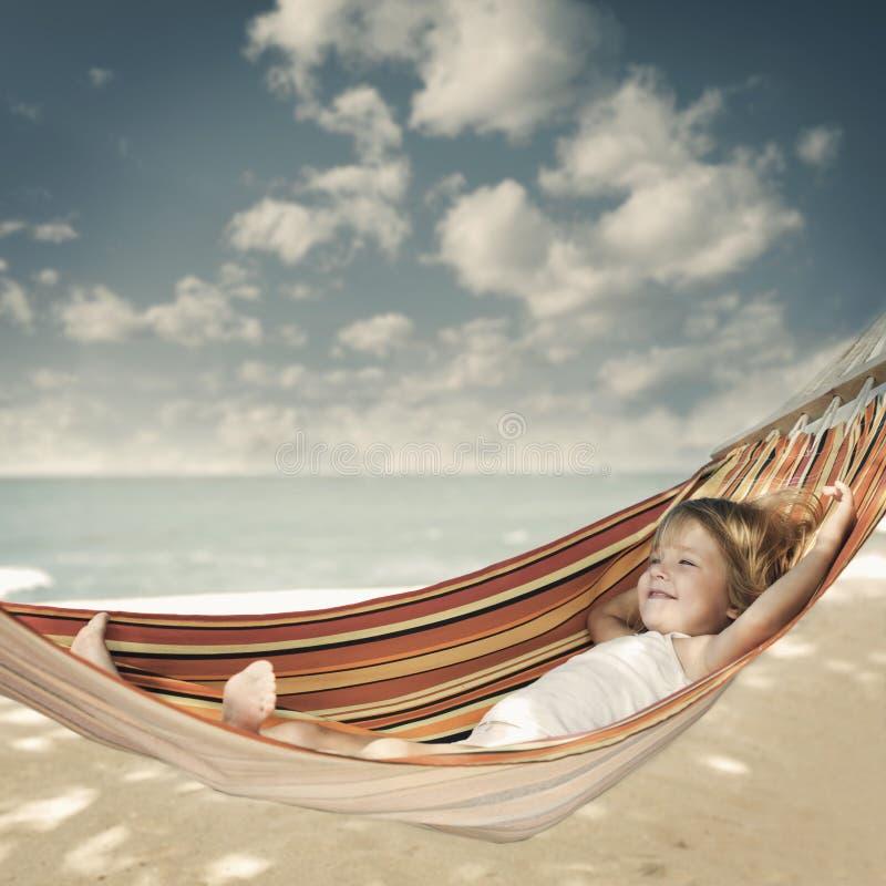 Kind het ontspannen in een hangmat royalty-vrije stock afbeelding