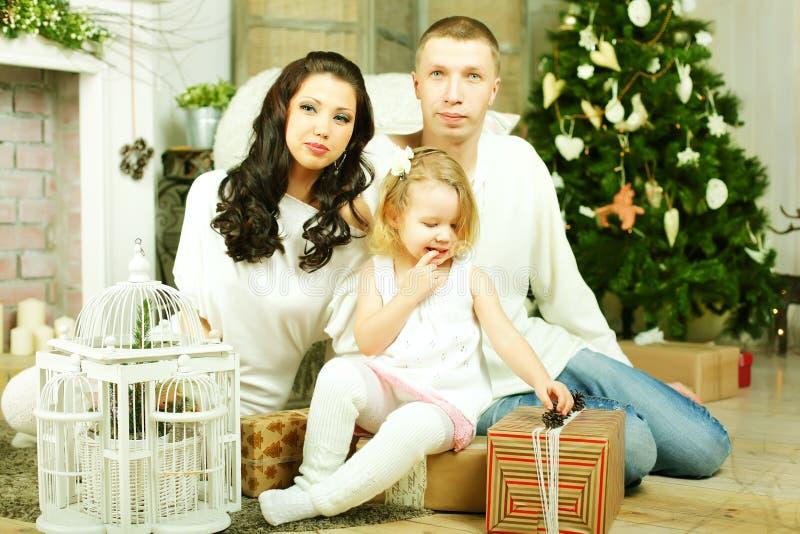 Kind het openen stelt door Kerstboom voor royalty-vrije stock afbeeldingen