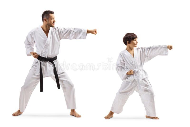 Kind het praktizeren karate met instructeur royalty-vrije stock foto's