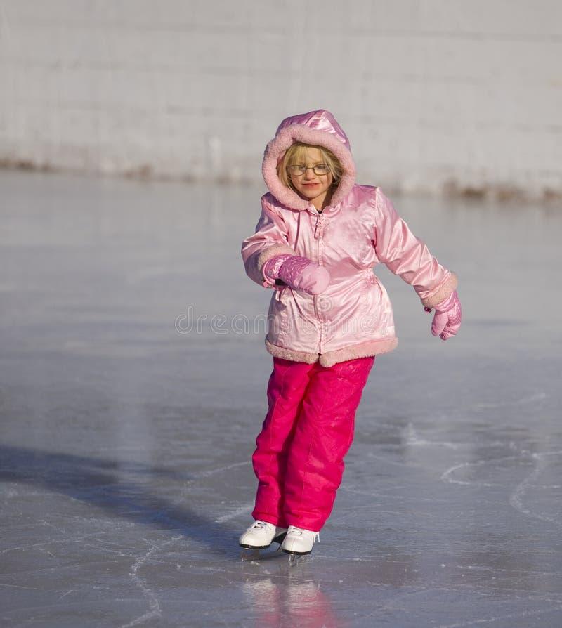 Kind in het Roze Schaatsen van het Ijs royalty-vrije stock afbeeldingen