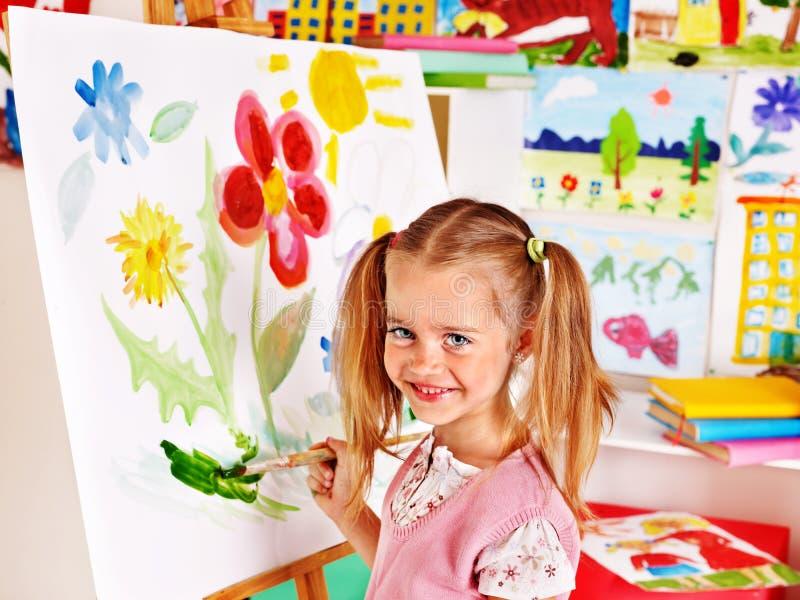 Kind het schilderen bij schildersezel. stock afbeeldingen