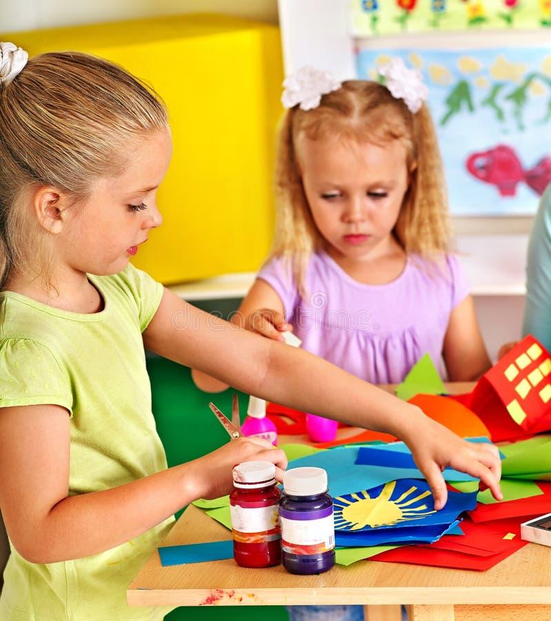 Kind het schilderen bij schildersezel stock afbeelding