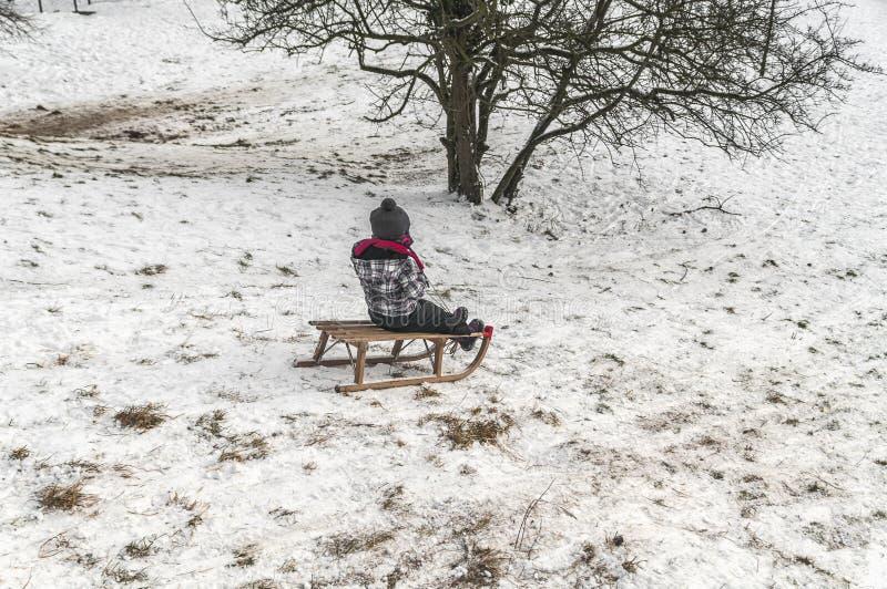 Kind het spelen in de sneeuw stock foto's