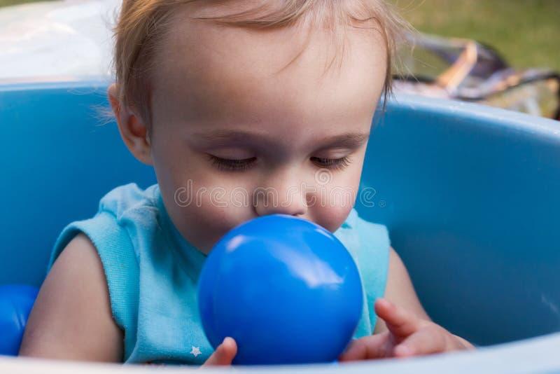 Kind het spelen met blauwe bal stock foto