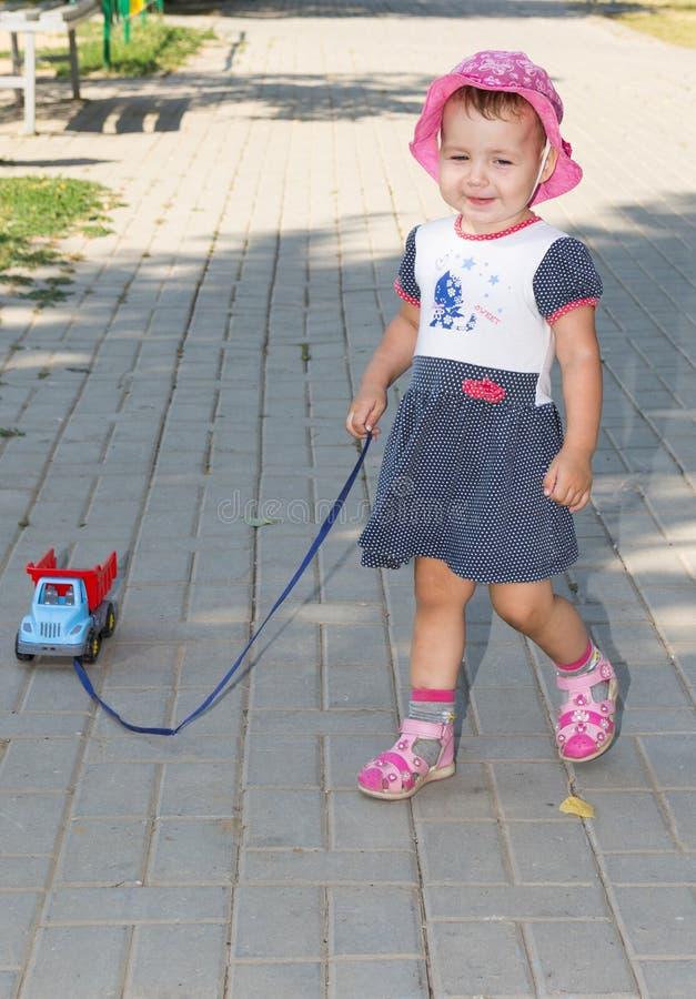 Kind het spelen met een stuk speelgoed auto stock foto