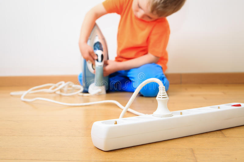 Kind het spelen met elektriciteit, jonge geitjesveiligheid stock fotografie