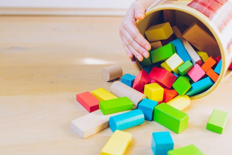Kind het spelen met houten blokken - ondiepe diepte van fie royalty-vrije stock fotografie