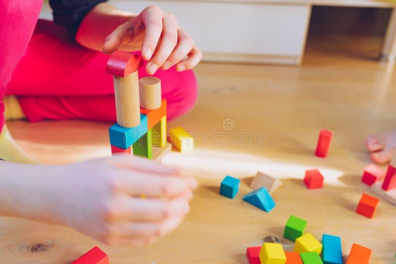Kind het spelen met houten blokken - ondiepe diepte van fie stock foto