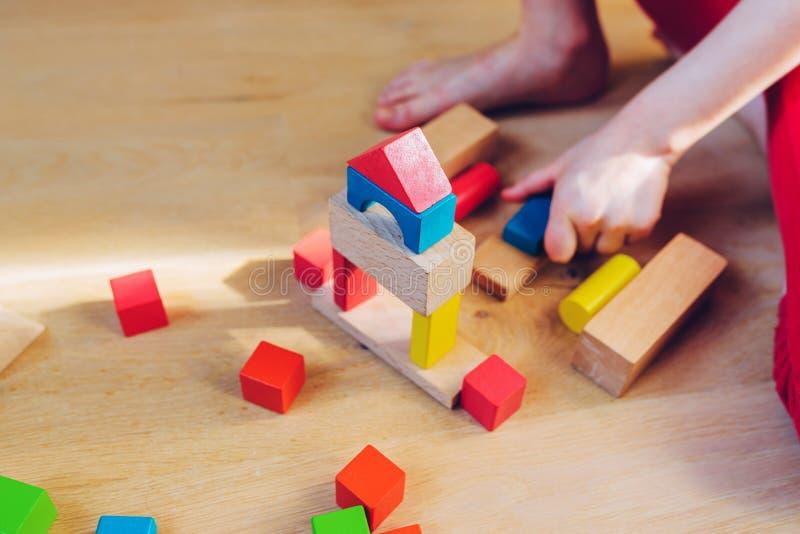 Kind het spelen met houten blokken - ondiepe diepte van fie stock afbeelding
