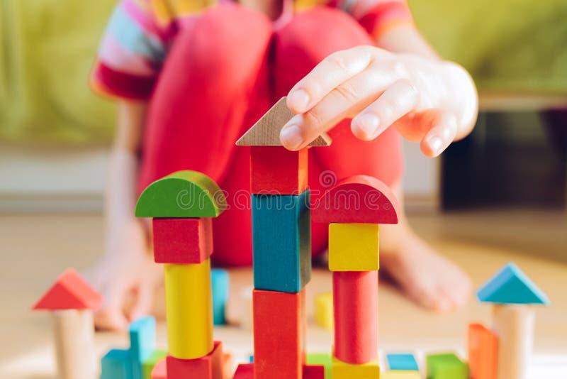 Kind het spelen met houten blokken - ondiepe diepte van fie royalty-vrije stock foto's