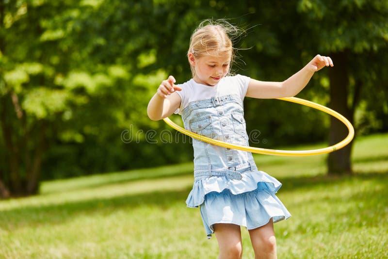 Kind het spelen met hulahoepel royalty-vrije stock fotografie