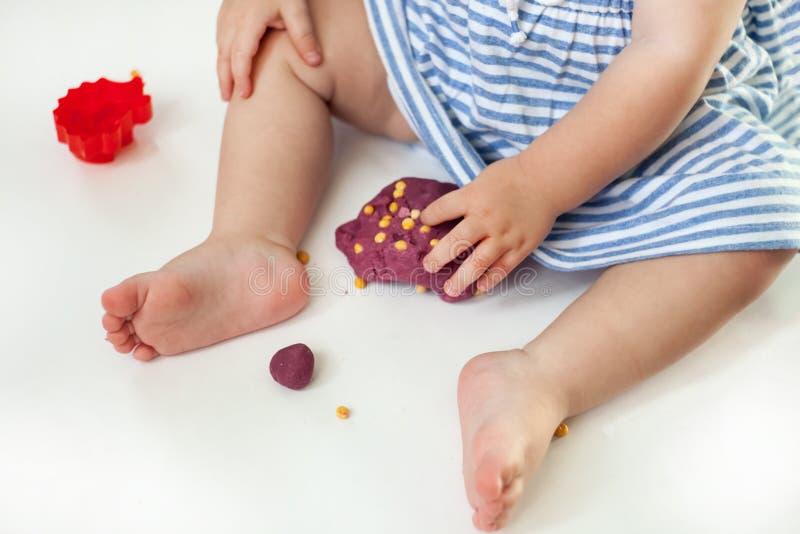 Kind het spelen met klei het vormen vormen royalty-vrije stock afbeelding