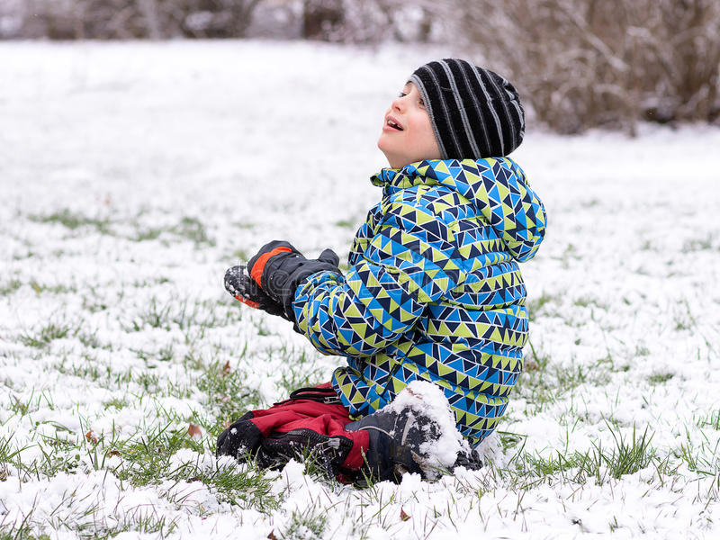 Kind het spelen met sneeuw in de winter royalty-vrije stock foto's