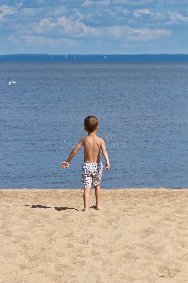 Kind het spelen op het strand stock afbeelding