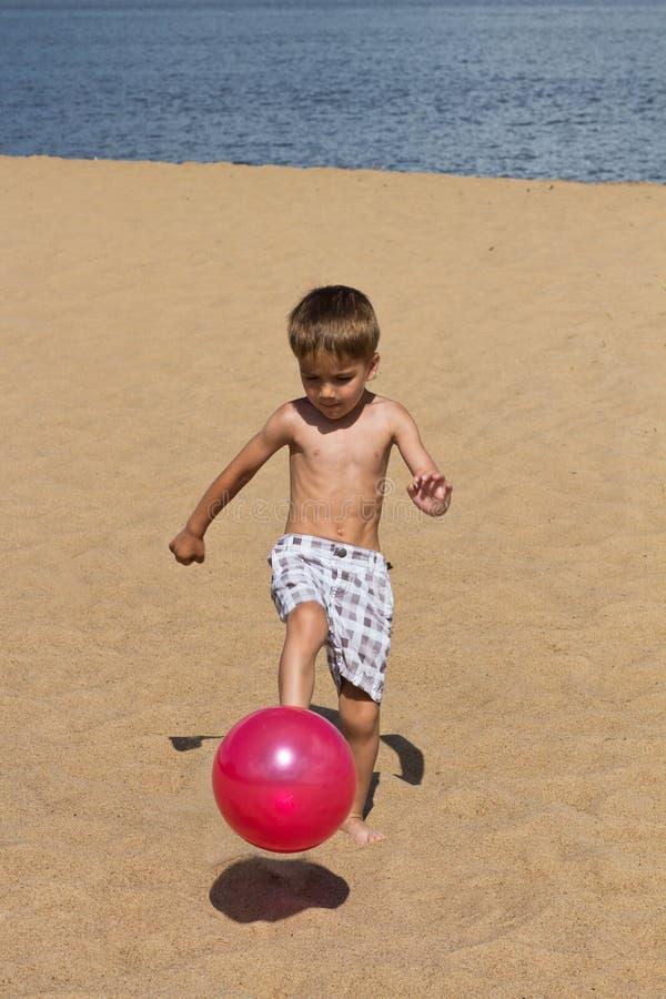 Kind het spelen op het strand stock afbeeldingen