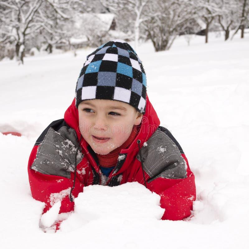 Kind het spelen in sneeuw stock fotografie