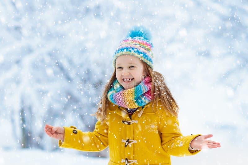 Kind het spelen in sneeuw op Kerstmis Jonge geitjes in de winter royalty-vrije stock fotografie