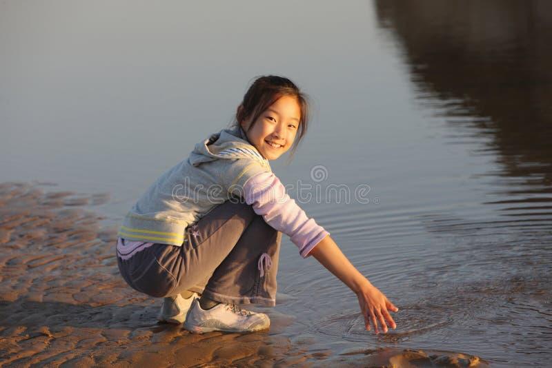 Kind in het strand stock afbeeldingen