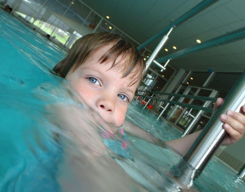 Kind in het swiing van pool