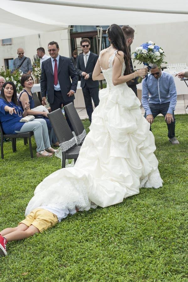 Kind het verbergen onder de kleding van de bruid